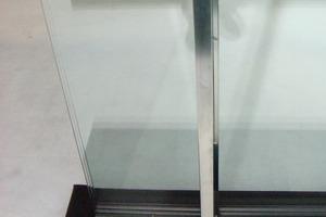 In der Frontalansicht der Glasschwerter sind nur die aufgeklebten Edelstahlprofile sichtbar<br />
