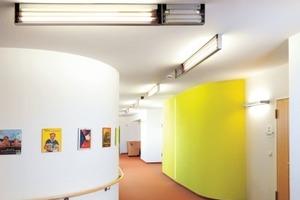 Farben spielen für Demenz-Erkrankte eine große Rolle: Sie geben dem Gebäude in allen seinen Teilen Ordnung und Struktur und unterstützen damit die Orientierung. Farbkontraste schaffen Unterscheidungen zwischen Bodenbelag, Wänden und Decke sowie Fenstern und Türen. Sie unterstützen so eine verbesserte Raumwahrnehmung<br />