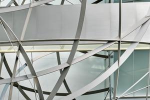 Die Sphäre ist eine 33 t schwere Stahlkonstruktion, die in der Lobby schwebt<br />