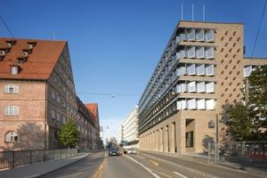 """Der Neubau inszeniert mit dem Neuen Bau aus dem 16. Jahrhundert auf der gegenüberliegenden Seite eine Torsituation für die """"Neue Mitte Ulm"""""""