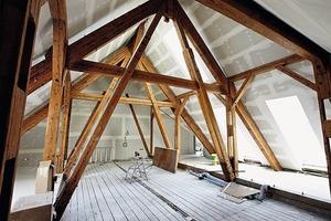 Wenn Tragwerk und Sparren eines historischen Dachstuhls sichtbar bleiben sollen, empfiehlt sich der Einbau einer Beplankung über den Sparren, die als homogene Ebene gedämmt und zuverlässig luftdicht abgedichtet werden kann<br />
