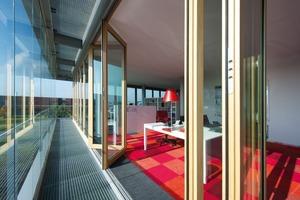 """<div class=""""9.6 Bildunterschrift"""">Solarer Energiegewinn kann zur Beheizung des Gebäudes genutzt werden, da der Fassadenzwischenraum als Solarkollektor fungiert</div>"""