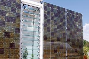 Das erhöhte Bauteil kühlt über eine natürliche Thermik. Die Glaslamellen dienen zur Belüftung<br />