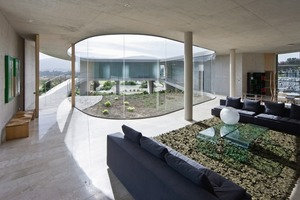 Zum Innenhof hin ist das Gebäude in unterschiedlichen Transparenzabstufungen vollständig verglast. Raumhohe Verglasungen wechseln sich in privaten Bereichen mit transluzenter Profilverglasung ab<br />