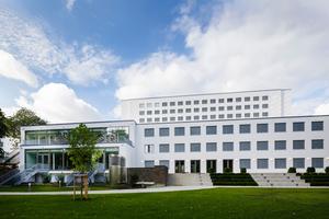 Die gesamte Möblierung im UNFCCC stammt von Brunner. Die verschiedenen Produkte Stapelstuhl first class mit durchgehendem Polsterdoppel, Klapptisch trust, Monoblock-Kunststoff-Stuhl twin, Mittelsäulentisch der Serie 3000, Barhocker fina unterstreichen den zeitlosen Charakter des Gebäudes<br />