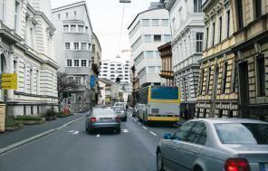 Eine städteplanerische Vision der Klangästhetik: Nichtparallele Häuserfronten, die den Schall leichter entkommen lassen
