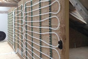 Abb. 4: Torfremise in Schechen: Aufbau Innenwand: Holzständer, Lehmsteine und Wandheizung