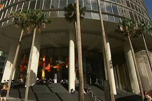 """Filmstill aus""""Innovativstes Hochhaus steht in Sydney"""", einem am 16.11.2012 im ZDF Aspekte ausgestrahlten Beitrag. Hier im Bild die große Treppe an der Nahtstelle von öffentlichem und privatem Raum."""