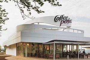 Das pavillonartige Gebäude der Kaffeebar übernimmt die Formensprache des großen Bruders und fügt sich harmonisch in das Gesamtensemble ein