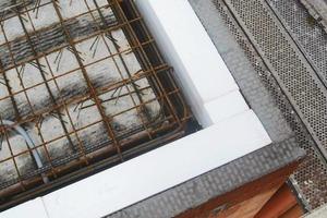 Die Ummauerung der Wärmebrückendämmung der Deckenstirn mit Mauerziegeln schafft einen homogenen Putzuntergrund<br /><br />