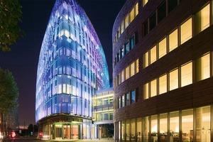 In der Nacht leuchtet die Fassade des Galéo-Baus farbig.&nbsp;Daneben steht das Bürogebäude Dueo<br />