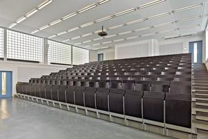 Das Gestühl des Hörsaales wurde erneuert – eine Rekonstruktion wurde ausgeschlossen. Der gesamte Hörsaal wurde technisch aufgerüstet; er soll heute auch als Multimediaraum genutzt werden. Die runden Radiatoren der Heizungen passen perfekt zu den originalen Glasbaustein-elementen der Fassade
