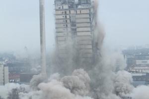 Um die umliegenden Gebäude zu schützen, wurden Oberlichter mit Spanplatten verriegelt...