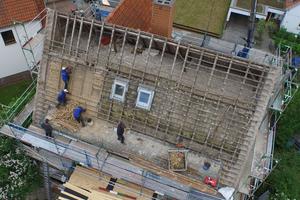 In der Dachmodernisierung mit einer Aufdach-Dämmung bleibt die Innenausbauschicht des bewohnten Dachgeschosses erhalten