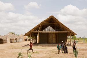 Abb. 7: Die Schultypen des Projektes Habitat Initiative Cabo Delgado im Norden von Mosambik stellen mittels lokaler Materialien und weiterentwickelter Techniken, die lokale Handwerker ohne Maschinen errichten können, den Bezug zur Tradition her und schreiben diese fort