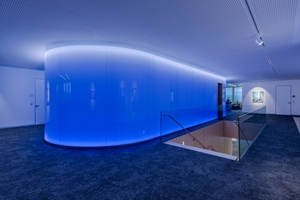 Die Lichtwand von TRILUX besteht aus einem Glasverbund und einem Layer aus opaker Folie hinter der insgesamt 60 000 LEDs eine Pixelmatrix bilden, bei der jeder Punkt aus einer roten, grünen, blauen und weißen LED besteht. Über eine DMX-Steuerung lassen sich die RGB+W-LEDs auf verschiedene Farb- und Dimmwerte einstellen. Der Nutzer hat somit die Wahl, ob er die Wand als homogen leuchtende Fläche nutzt oder sie mit statischen beziehungsweise dynamischen Bildern und Mustern geringer Auflösung bespielt<br />&nbsp;<br />