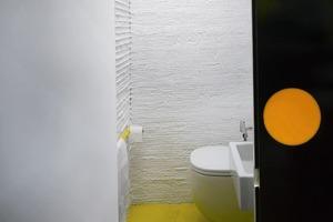 In einem halben Untergeschoss ist das WC untergebracht<br />