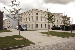 Der gesamte, zweiflügelige historische Bau wird von Norden nach Süden durchkeilt