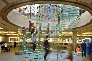 Der Grundriss der Verkaufsfläche entspricht annähernd einem Quadrat mit vier freistehenden Stützen und der zentralen Treppenanlage. In zwei Seitenschiffen befinden sich die Kassen und Regale für das Apple Zubehör