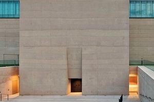 Portalwand; die besondere Ästhetik der Schichtungen ergibt sich aus der Art des Betonierens und der Oberflächenbehandlung