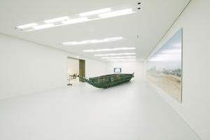 """Neue Ausstellungsfläche im UG, hier der Hauptraum (""""Dream 2007"""", Dokumenta-Beitrag von Romuald Hazoumé 2007)"""