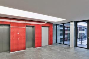 """<div class=""""10.6 Bildunterschrift"""">Die Farbe Rot ist hier Leitfarbe und Orientierung gleichermaßen. Lichtdurchflutet, modern und transparent zeigt sich das Innere</div>"""