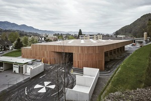 Das Altstoffsammelzentrum wurde im Ortskern von Feldkirch errichtet. Heute werden hier jährlich 3100t Abfall verladen, Glas verkippt und Müll getrennt. Bis zu 500 Kunden am Tag und etwa 45 unterschiedliche Abfallsorten erfordern reibungslose logistische Abläufe