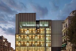 Südfassade am nördlichen Platzende: Belebte Lichtbänder wirken in den Stadtraum hinein