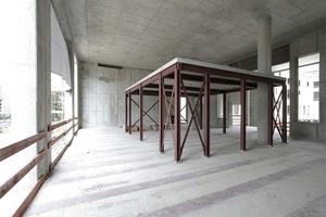 Eingestellte Stahltische ermöglichen eine horizontale Teilung der großen Volumen (hier im Nordflügel)