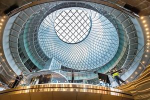 Das Sky-Reflector-Net bringt im New Yorker Fulton Center, durch das täglich ein Strom von 300 000 Menschen fließt, die Qualität von Tageslicht bis weit in das Gebäude hinein
