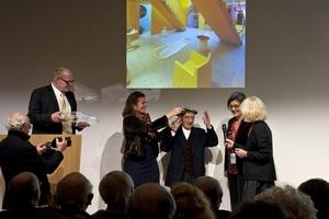 Mit Lorbeer gekrönt: Alessandro Mendini im Mittelpunkt der Preisübergabe im Februar 2015 im Isozaki-Tower in Rho, Mailand