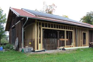 Abb. 5: Wohnen und Arbeiten in der Torfremise – Wiedererrichtung und Umnutzung. Handwerklich ausgeführte moderne Holzkonstruktionen schreiben die Tradition des Holzhauses fort