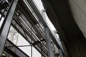 Abb. 12: Detail Pfosten-Riegel-Fassade, Einleitung der vertikalen Lasten an jedem Stahl-Pfosten am oberen Punkt