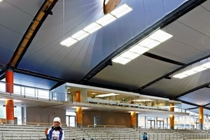 Über große Öffnungen im Dach lenkt derinnenliegende Kälteschirm diffus Tageslicht in den Innenraum<br />