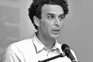 """<div class=""""fliesstext_vita""""><strong>Armand Grüntuch</strong></div><div class=""""fliesstext_vita"""">1963geboren in Riga/LV</div><div class=""""fliesstext_vita"""">Diplom mit Auszeichnung, RWTH Aachen<br />DAAD-Jahresstipendium, Venedig/IT<br />1987-1989Büro Norman Foster, London/GB<br />seit 1991Büro mit Almut Ernst<br />1991-1995Lehrauftrag an der Hochschule der Künste, Berlin</div>"""