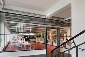 Im Erdgeschoss befindet sich die komplette Nutzung der Hochschule Anhalt, ergänzend ist aufgrund der Bestandsflächen das Magazin Stiftung Bauhaus untergebracht