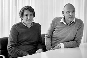"""<div class=""""fliesstext_vita""""><strong>zanderroth architekten </strong></div><div class=""""fliesstext_vita""""><strong>v.l.n.r.: Christian Roth, Sascha Zander</strong></div><div class=""""fliesstext_vita""""><br />Sascha Zander und Christian Roth gründeten 1999 das Büro zanderroth architekten in Berlin. Sie spezialisierten sich seit Beginn vor allem auf den Wohnungsbau und erarbeiteten ein erfolgreiches Baugruppenkonzept, mit dem sie zahlreiche Bauprojekte in Berlin realisieren konnten. Dazu gehört zum Beispiel das mehrfach ausgezeichnete Wohnhaus in der Schönholzerstraße und der BigYard in der Zelterstraße.</div>"""