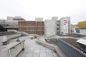 Von der Piazetta aus die Nordwestfassade mit dem Haupteingang (jetzt unter wesentlich größeren Buchstaben)
