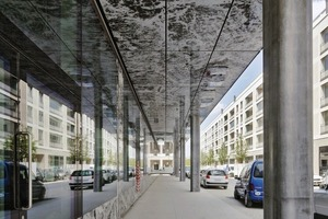 Alle Unter- sowie Aufsichten wurden genauso angelegt wie die Fassade, mit selbstbedrucktem Glas mit Onyx-Motiv