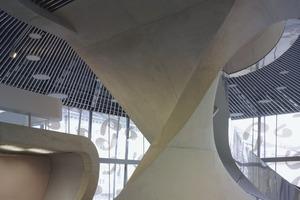 Der Twist kragt frei von der Theaterbox aus und stützt den Innenbereich der Foyerdecken