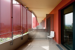 Wie ein schützendes Band legen sich Falt-Schiebe-Läden aus Aluminiumblech um die Rundgänge. Jeweils zwei feststehende Elemente und ein vier- oder sechsflügeliger Falt-Schiebe-Laden bildet eine Anlage<br />