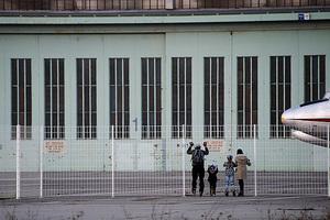 Zaungäste am Tempelhofgelände