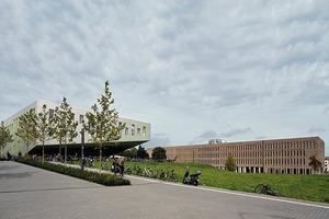 Links der Hörsaal, rechts die neue Bibliothek