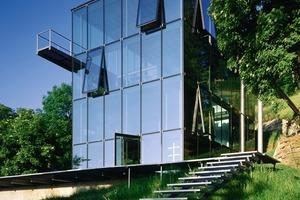 """R128 ist Werner Sobeks privates Wohnhaus in Stuttgart. Das viergeschossige Gebäude wurde im Jahr 2000 fertig gestellt. Es ist im Betrieb emissionsfrei und energieautark. Als """"Aktivhaus"""" erzeugt es die im Haus benötigte Energie über die integrierte Photovoltaikanlage<br />"""
