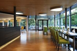 Das Restaurant besitzt eine geschosshohe Glasfassade und eine direkt angeschlossene Außenterrasse<br />