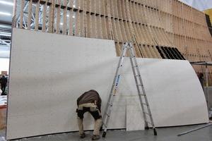 Installation der Trägerplatte auf die Unterkonstruktion aus Holzkassetten