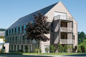 Preisgekröntes Solarhaus: Kraftwerk-B wurde 2009 mit dem Europäischen Solarpreis ausgezeichnet <br />Das Solardach deckt den Strombedarf des Hauses im Jahresdurchschnitt vollständig ab. Die Photovoltaikmodule bedecken eine Fläche von 220 m<sup>2</sup><br />
