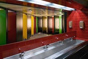 In den WC-Bereichen wurde das intensive Farbkonzept weitergeführt<br />