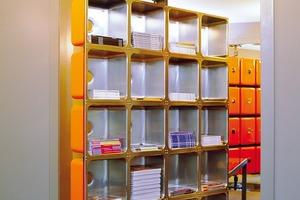 Kleines Büro für die Edizioni Press. Edelstahlspülen werden zu Regalen, die um die eigene Achse rotieren können