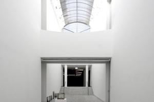 Museum wie eine Landschaft: Galerieraum mit Brücke<br />